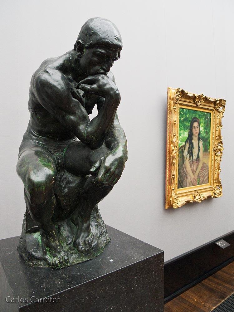 El pensador junto a un retrato de Renoir