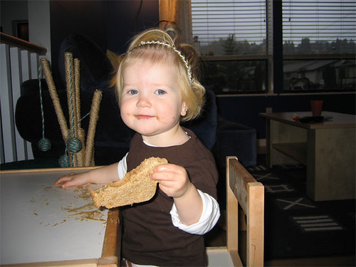 little girl with sammich