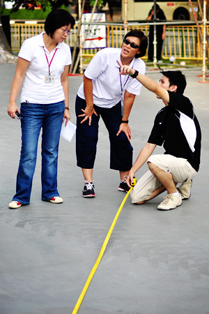 liang yuan, karen, and someone with a measuring tape