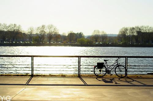 Le long de l'eau il y a un vélo .... by YannGarPhoto.wordpress.com