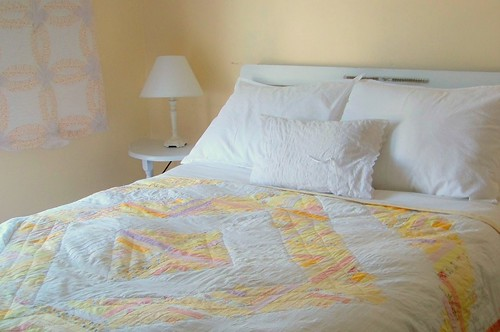 yellow and white logcabin quilt