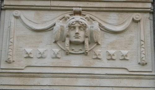 Hamburger Fassade - Athene mit Eulen