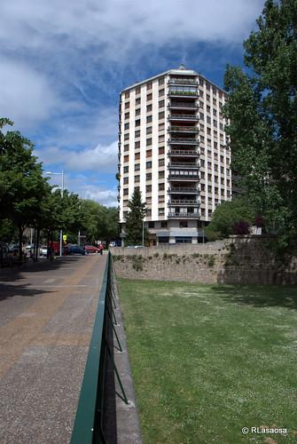 Edificio en la confluencia de la avenida de Las Navas de Tolosa y la calle Padre Moret.