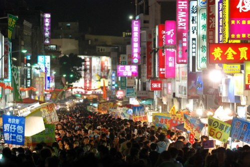 形成了巨大的夜市,也塞滿了不論是來觀光看熱鬧還是來朝拜的民眾了