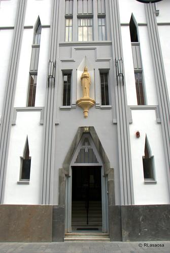 """Edificio del """"Servicio Doméstico"""", situado en la Avenida de Roncesvalles, en el centro de Pamplona, obra de Victor Eúsa."""