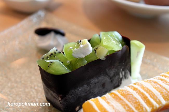 Kiwi Gunkan - Vanilla Ice Cream, Kiwi Fruit, Chocolate