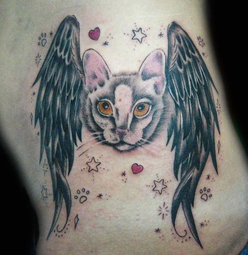 Tatuaje gato con alas Pupa Tattoo Granada