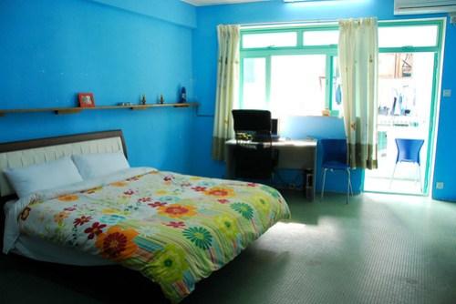 還不錯的民宿,老闆 Amy 很熱心還會介紹美食和景點,房間又大又寬敞,還有電腦網路,一晚 350 HKD