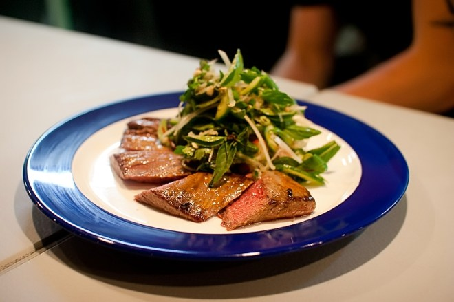 Skirt steak, papaya & herb salad