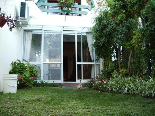 Tuin en zicht op serre