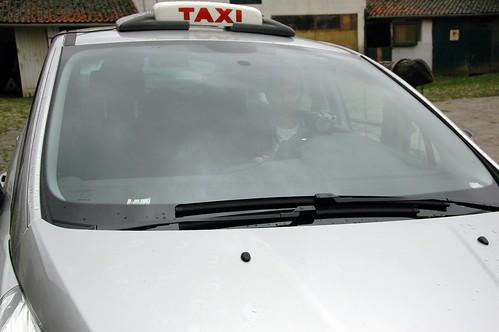 En daar komt een taxi aan