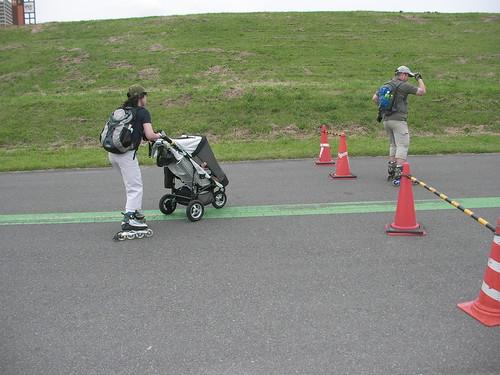 赤ちゃんも一緒にインラインスケート