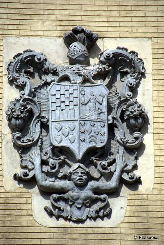 Escudo de armas de los Urtasun, Narbarte, Leiza, Irigoyen, situado en la fachada de una casa de la Plaza del Consejo, 2, de Pamplona
