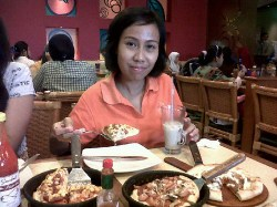 Makan di Pizza Hut