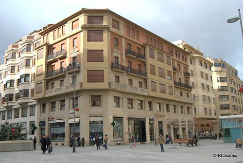 Edificio en la esquina de la Avenida de Roncesvalles y la Avenida de Carlos III