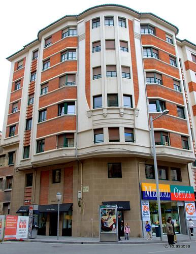 Edificio en la confluencia de la calle Estella y la calle Tudela. La fachada de la calle Estella da a la plaza del Vínculo.