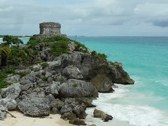 Maya Ruinen ueber Karibikmeer, Tulum