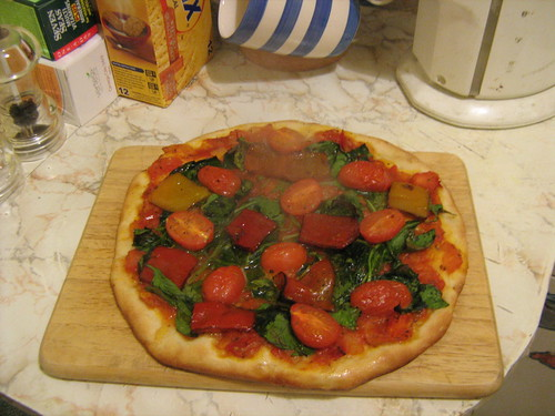spinach, tomato and pepper pizza