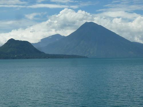 Lago Atitlan umgeben von Vulkanen, Guatemala