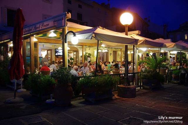 這家餐廳生意超級好,座無虛席,不曉得餐點是不是很美味呢?