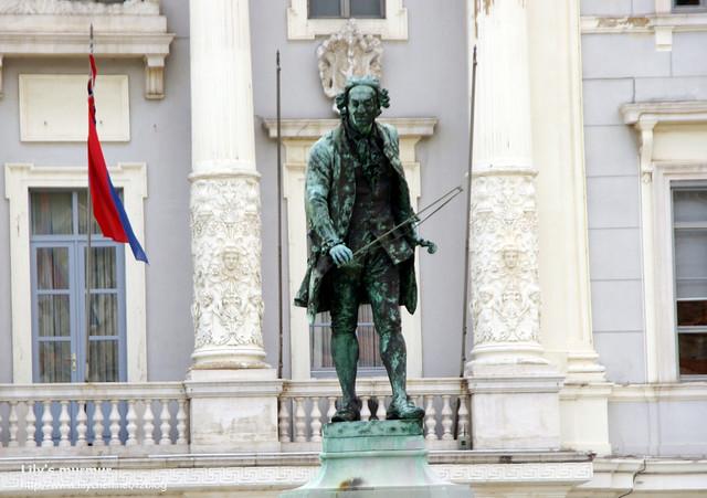著名的斯洛維尼亞作曲家及小提琴家Tartini,此廣場以他為名。