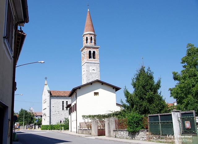 小村莊Doberdob的教堂,開到這裡我已經熱到快中暑了。