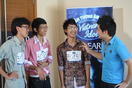 large_190810041145_Ba anh em ruột Lê Minh Hà, Lê Nhất Linh và Lê Minh Quang cùng tam ca bài Hoa cỏ mùa xuân mặc dù k