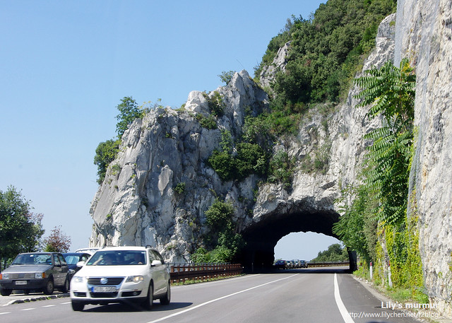 炸穿岩壁的隧道,跟台灣蘇花公路以及花蓮九曲洞那一帶很像。