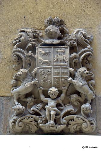 Escudo de armas de los Íñiguez de Beortegui, Bergera, Pérez de Zabala y Pérez de Artázcoz, situado en la fachada de una casa de la calle Estafeta