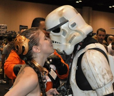 Slave Leia and Stormtrooper Kiss