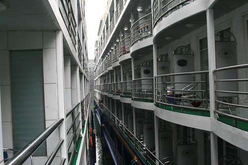 In the shiplocks, boats jammed together