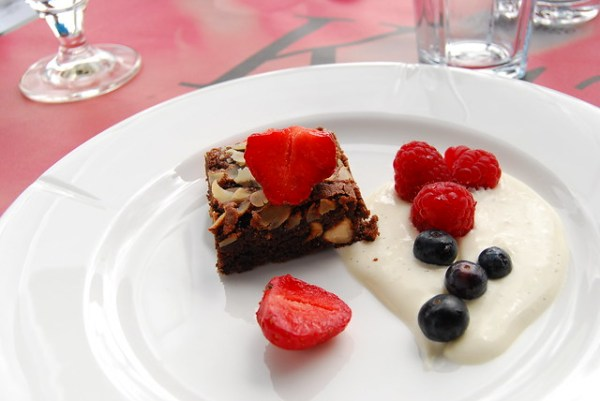 Brownie de chocolate con frutos rojos del Ofelia Restaurant
