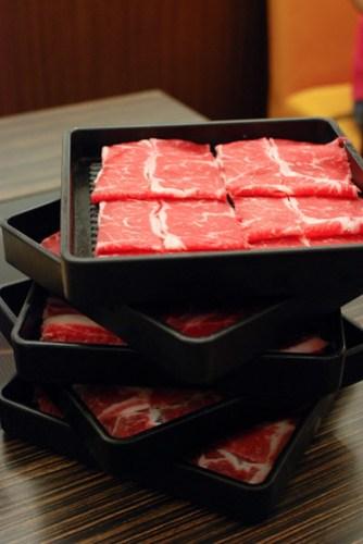 上面兩盤牛肉,下面兩盤牛肉,我一個人吃掉三盤!!! @_@