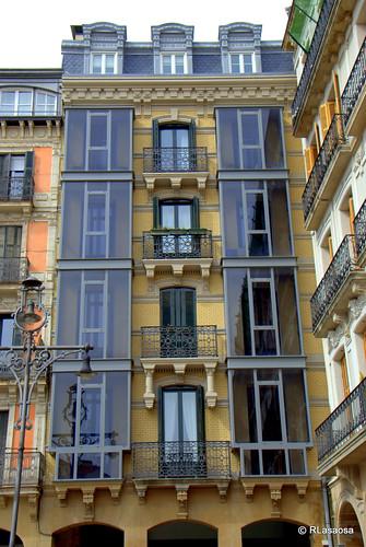 Fachada de un edificio de viviendas en la Plaza del Castillo.