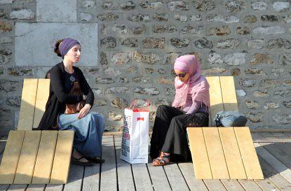 10g24 Jornada veraniega Paris plage y varios059 variante Joven musulmana y amiga