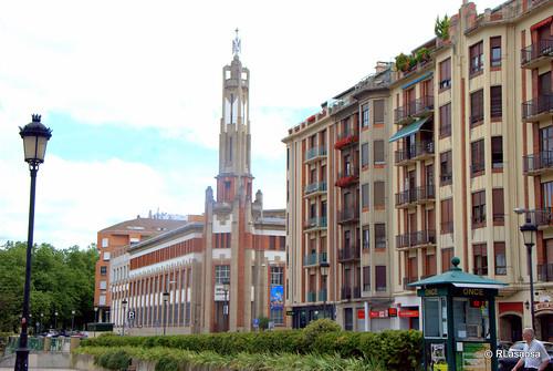 Edificios de viviendas en la calle Arrieta, con el colegio de los Escolapios al fondo, obra del famoso arquitecto navarro Víctor Eúsa.