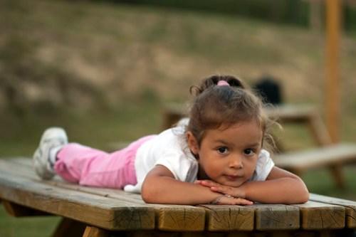 Matilde in posa sopra il tavolo