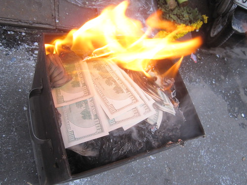 billetes falsos de $100 ardiendo en las calles de Hanoi