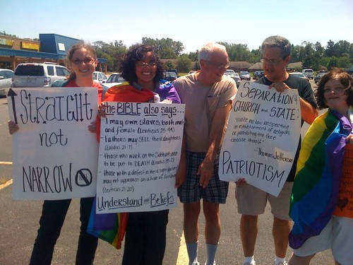"""""""Straight not narrow"""": Equality supporters counter-protest NOM rally in Lima"""
