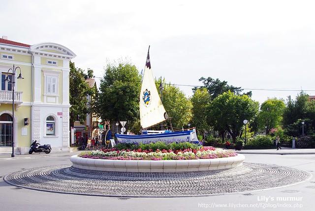 Izola鎮中心大街上的圓環有座可愛的帆船,表示這裡很適合玩風帆。