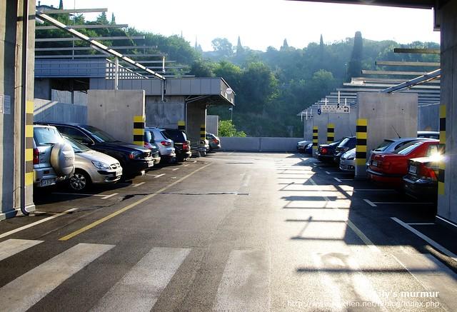 我們走到前一晚停放車子的立體停車場取車,天氣好得很,不意外又是炎熱一天。