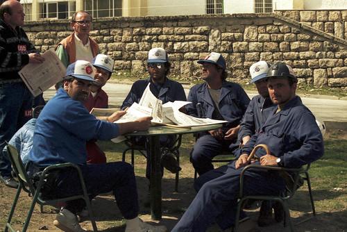 Varios mineros de la marcha descansando en La Casona del Pinar en San Rafael.