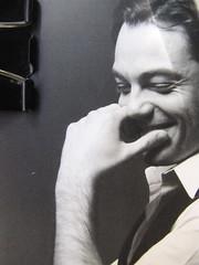 Tiziano Ferro: Trent'anni e una chiacchierata con papà, Kowalski 2010, progetto grafico di Cristiano Guerri, ritratto fotog. dell'autore, b/n, © Giovanni Gastel; q. di cop. (part.), 2