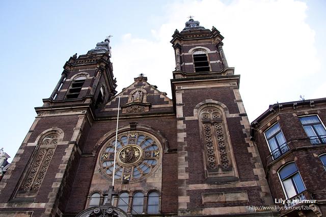 近拍這座教堂的屋頂,有歷史的痕跡。