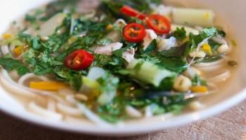 Vietnamese noedelsoep met kip, gember en anijs