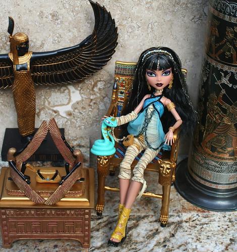 Cleo De Nile & her snake, Hissette