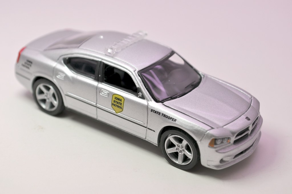 greenlight hot pursuit iowa state trooper 2008 dodge charger (2)