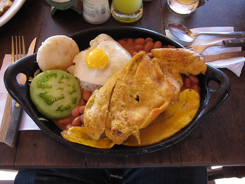 Bandeja con Pollo is a traditional Antioquian dish.