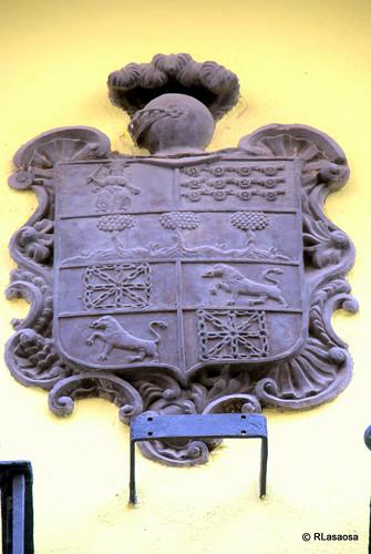Escudo de armas situado en la fachada de una vivienda de la calle Zapatería