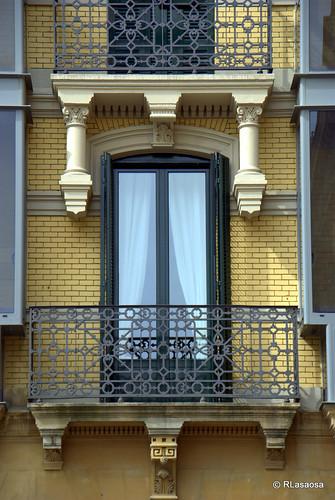 Detalle de la fachada de un edificio de viviendas en la Plaza del Castillo